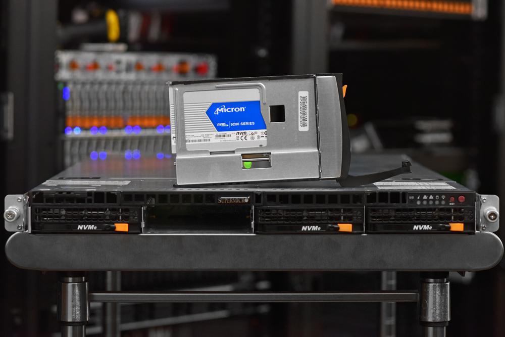 supermicro 1023US-TR4 drive