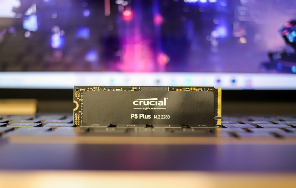 Crucial P5 Plus front with background